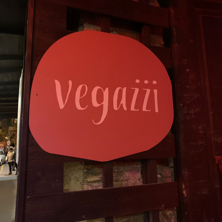Vegan user review of vegażżi nápolyi pizzéria in Budapest.