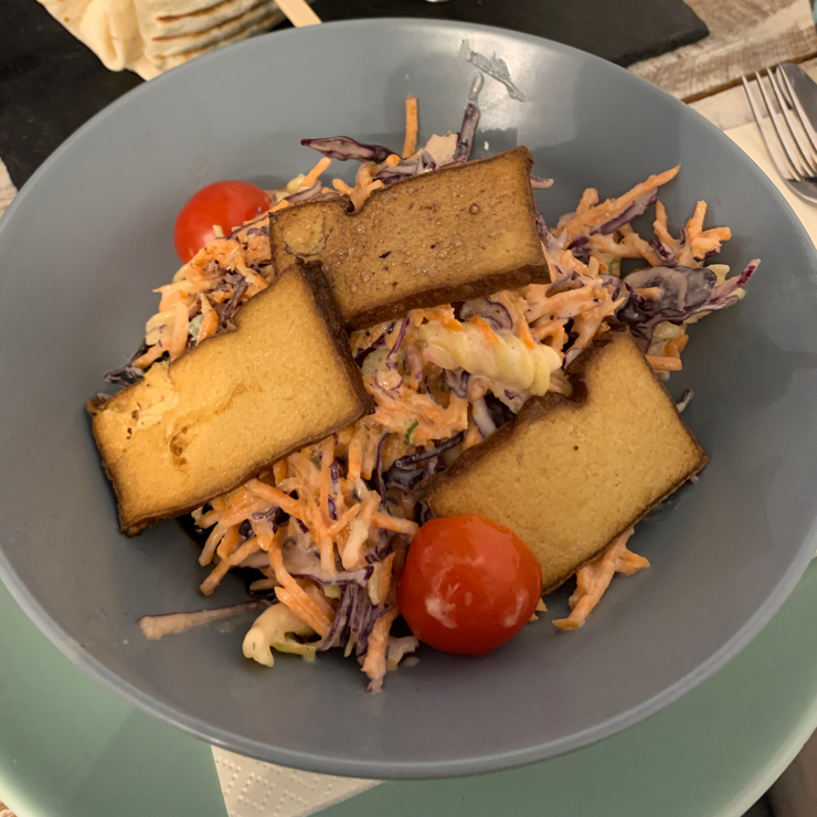 Vegan user review of Veggiezz in Wien. Pasta salad with shredded carrots and smoked tofu. Heavy on the dressing but clean tasting.